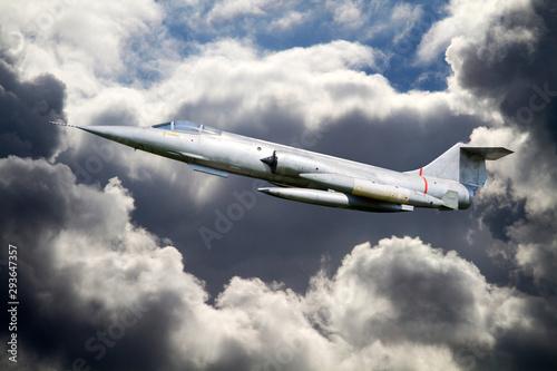Flugzeug (Kampfflugzeug) über den Wolken im Einsatz