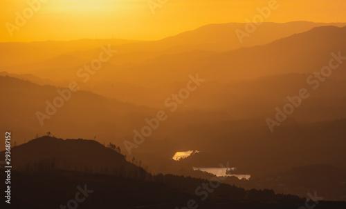 Bonito Pôr do sol laranja nas montanhas Canvas Print
