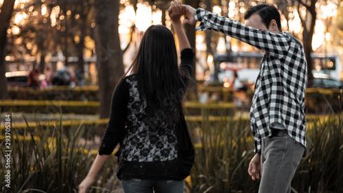 Pareja bailando en el parque Canvas Print