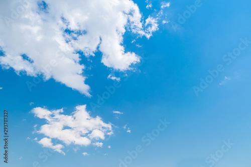 Fotografie, Obraz  formacion de nubes apareciendo desde la esquina en un cielo azul