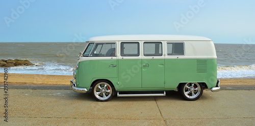 FELIXSTOWE, SUFFOLK, ENGLAND - AUGUST 27, 2016: Classic Green and white  VW Camper Van parked on Seafront Promenade Fototapet