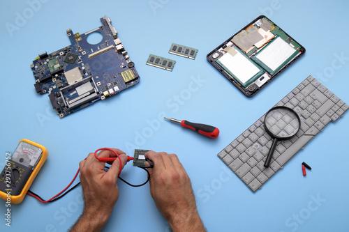 Photo Tecnico impegnato alla riparazione di computer e tablet