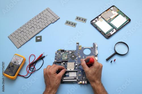 Tecnico impegnato alla riparazione di computer e tablet Wallpaper Mural