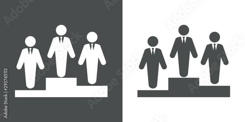 Photo Icono plano hombre de negocios ganador en podio en fondo gris y fondo blanco