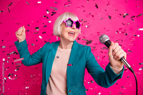 Photographie Photo of old mature stylish energetic woman singing in microphone wearing star s