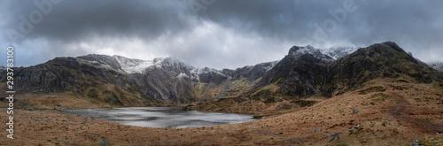 Obraz na plátně Beautiful moody Winter landscape image of Llyn Idwal and snowcapped Glyders Moun
