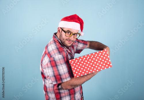 Photo Hombre con regalos de navidad abriendo sorprendido y feliz