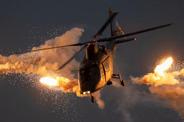 Vojni helikopter ispaljuje rakete