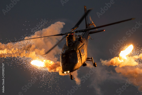 Fotografía Military helicopter firing flares