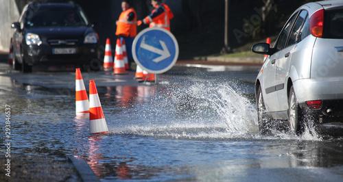 Voitures passant dans une rue inondée Tablou Canvas