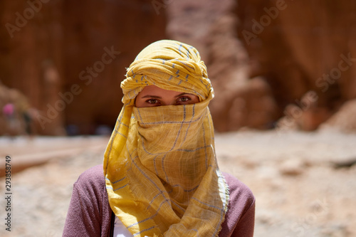 Photo Portrait of the female traveler with a tied yellow berber tagelmust scarf