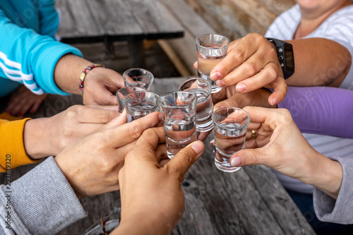 Fotografía toast with friends with spirits shots