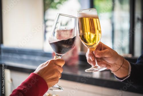 фотография manos brindando con vino