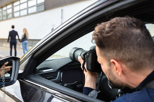 Poster Individuel Private Detective Taking Photos Of Man And Woman