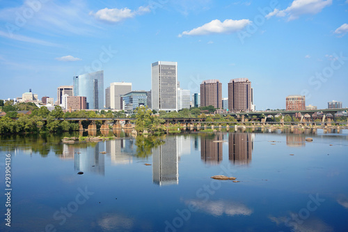 Richmond Virginia skyline reflecting in the James river Fototapet