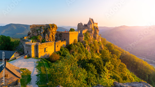 Photo Stands Old building Aggstein Castle ruins at sunse time. Wachau Valley of Danube River, Austria