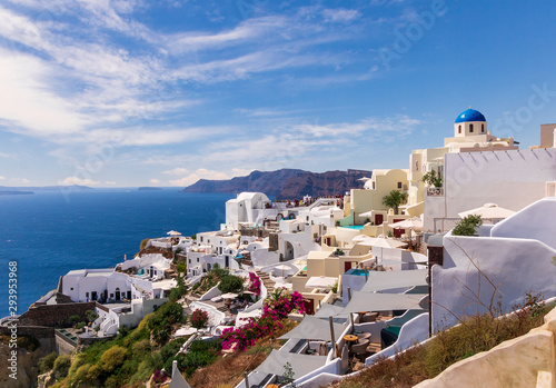 La pose en embrasure Santorini scenic view of the atoll Santorini , picturesque greek town with white buildings