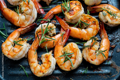 Fotografiet Grilled tiger shrimps with spice and lemon