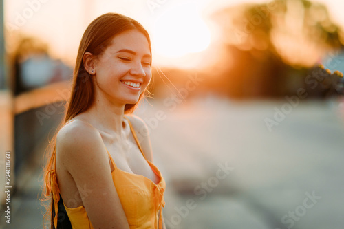 Fotomural  Portrait of a woman with loose long hair at sunset.