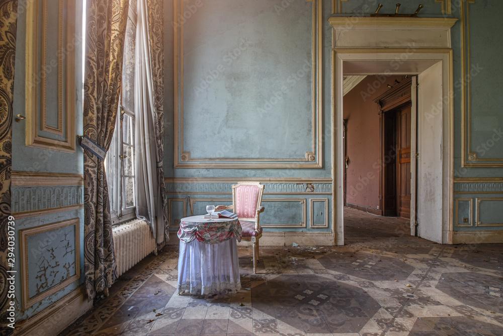 Fototapeta Chaise rose avec une table dans un vieux château style baroque