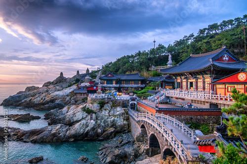 Montage in der Fensternische Grau Verkehrs hae dong yonggungsa temple at sunrise Busan south korea