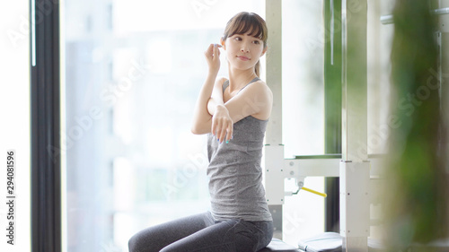 Obraz スポーツジム 女性 - fototapety do salonu