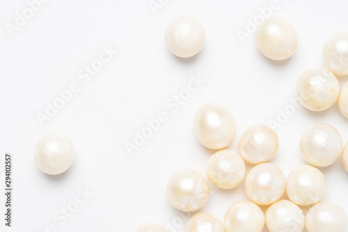 Leinwand Poster  pearl necklace isolated on white