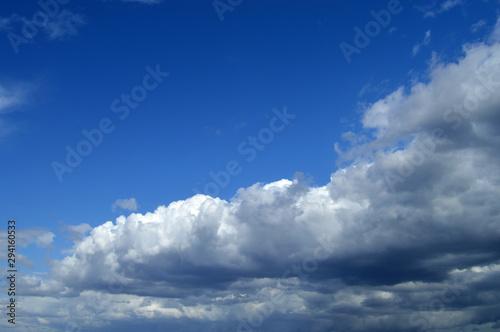 Photo Nubes en cielo azul