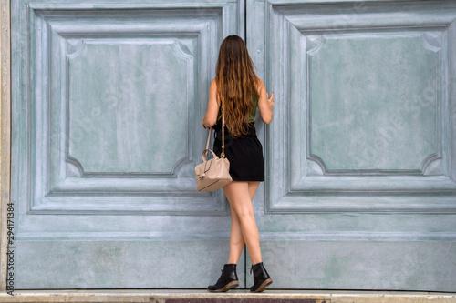 Bella modella posa con abito estivo Wallpaper Mural