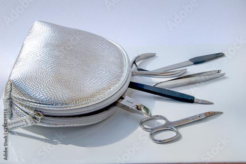 Photo Muestra de los accesorios que contiene un estuche plateado para mujeres