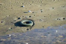 Lixo No Mar - Pneu Deitado A Lixo No Oceano