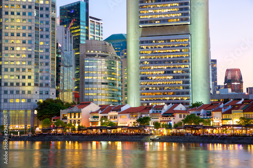 Photo  Historical district Boat Quay and modern skyscrapers at dusk in Singapore