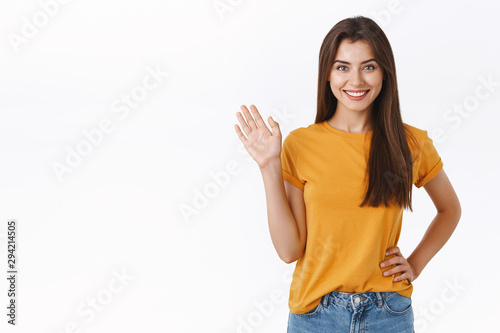 Photo Friendly cheerful, happy smiling woman waving you with raised hand