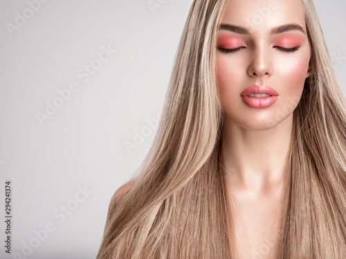 Fotomural  Portrait of a beautiful woman with a coral color makeup