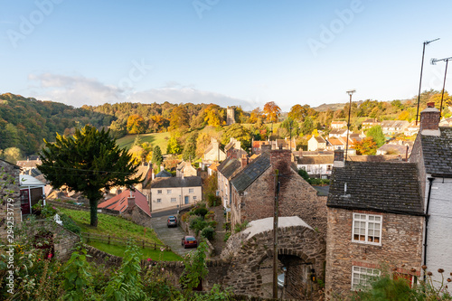 Fotografia Houses in Richmond, North Yorkshire viewed from the castle walk with autumn colo