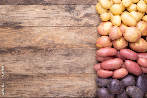 Pinturas sobre lienzo  Different types of potatoes on wooden rustic table with copy space