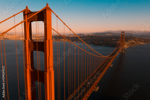 Photo  Beautiful aerial San Francisco view at early morning sunrise with Golden gate bridge and downtown