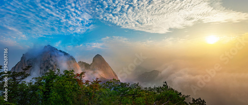 Photo sur Aluminium Seoul Panorama of Bukhansan National Park with Clouds and fog at Sunrise in Seoul South Korea