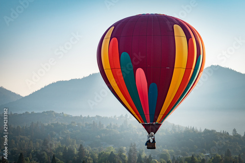 Poster Montgolfière / Dirigeable Colorful hot air balloon over Grants Pass Oregon on a beautiful summer morning