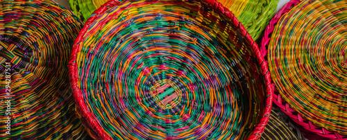 Detalles de cestas tradicionales elaboradas en esparto por artesanos de Boyacá C Wallpaper Mural