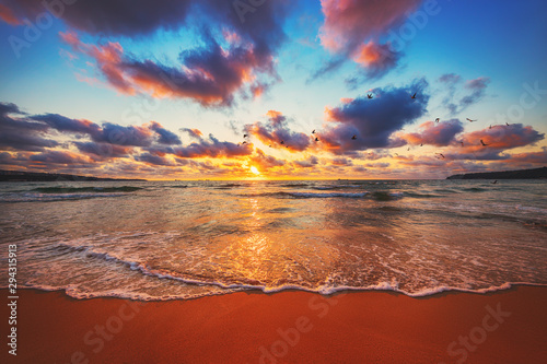 Beautiful sunset over the tropical sea Tableau sur Toile
