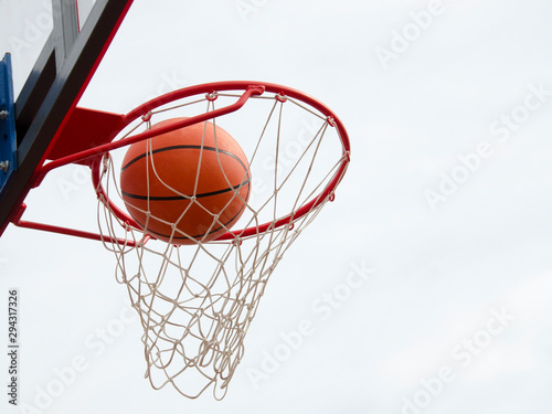 Basketball hit the net, the goal is achieved Fototapet