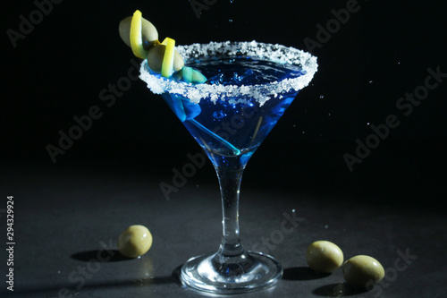 Fotomural  A glass with blue martini cocktail