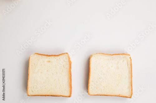 Photo  白背景に食パンが二つ並んでいる plain bread
