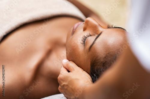 Canvastavla  Black woman getting head massage