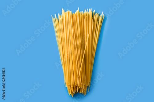 Cuadros en Lienzo Raw Spaghetti pasta on blue background
