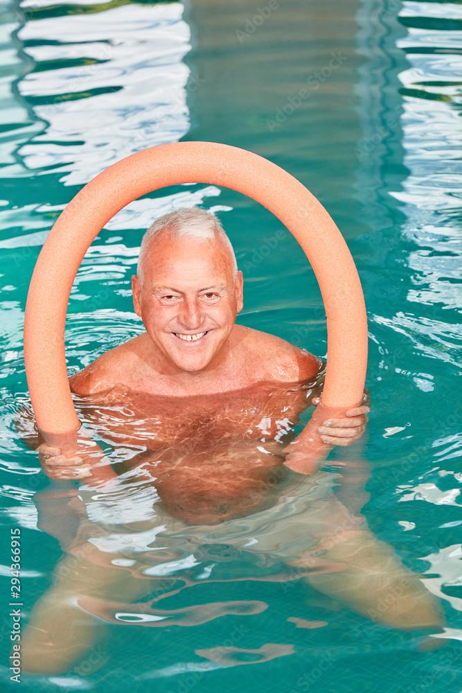 Fototapety, obrazy: Senior Mann mit Schwimmnudel