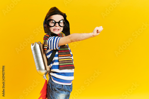 Photo Playful child with jet pack in studio shot