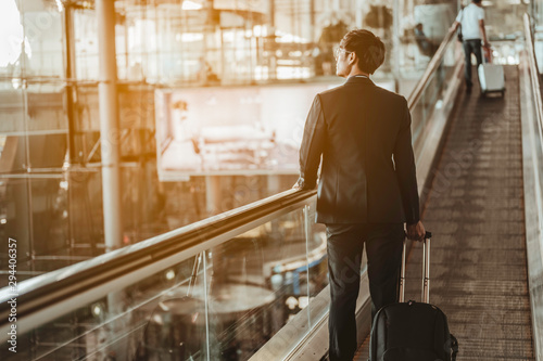 Fotomural Businessman moving to terminal gate for check in boarding with luggage at the airport to business trip