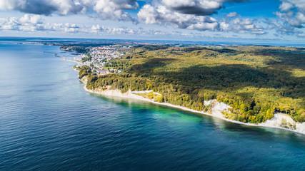 Sassnitz - miasto, kurort i port nad morzem bałtyckim na wyspie rugia z lotu ptaka